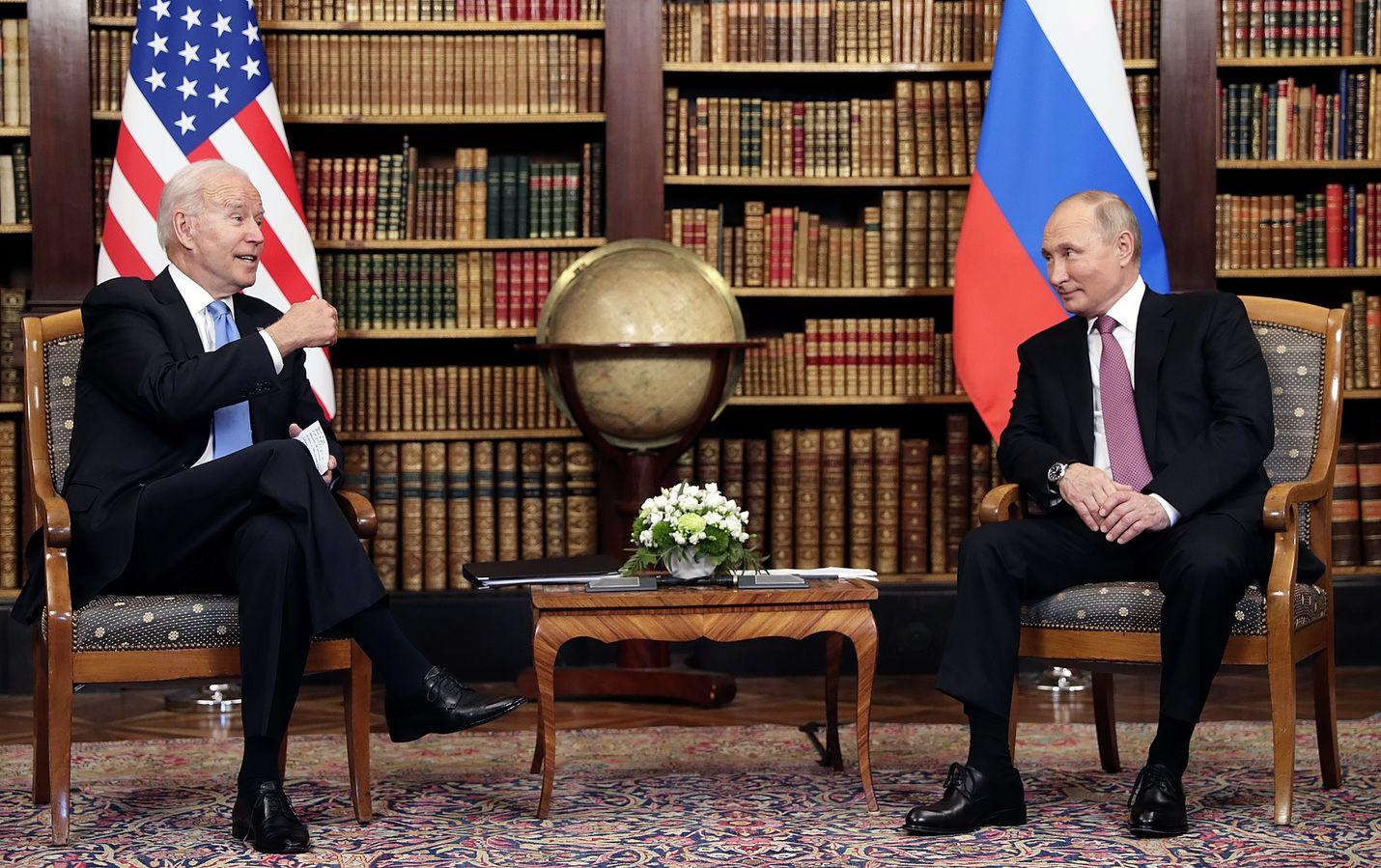 Yhdysvaltain presidentti Joe Biden ja Venäjän johtaja Vladimir Putin tapasivat Sveitsin Genevessä kesäkuussa. Tapaamisessa keskusteltiin muun muassa tavoista, joilla maat voisivat yhteisvoimin parantaa kyberturvallisuutta Venäjältä tulleista toistuvista hyökkäyksistä huolimatta.