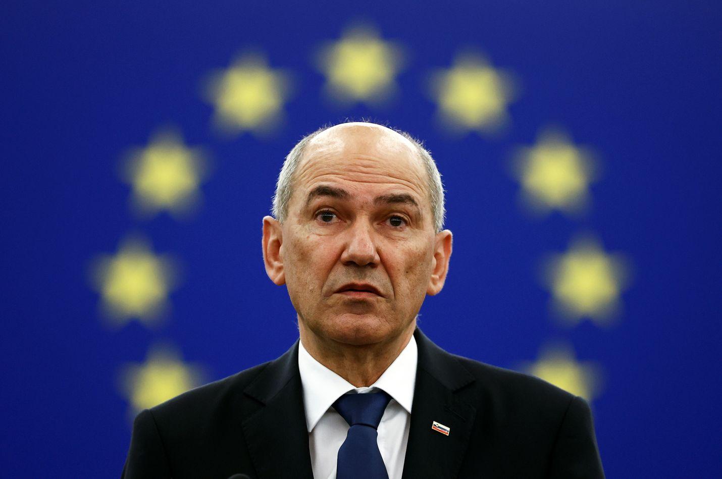 Slovenian pääministeri Janez Janša on sitkasta lajia. EU-puheenjohtajamaan hallituksen johtaja on ehtinyt olla kolme kertaa pääministerinä ja vankilassakin. Nykyään hänet tunnetaan Twitterissä usein älähtävänä Marsalkka Twitona.