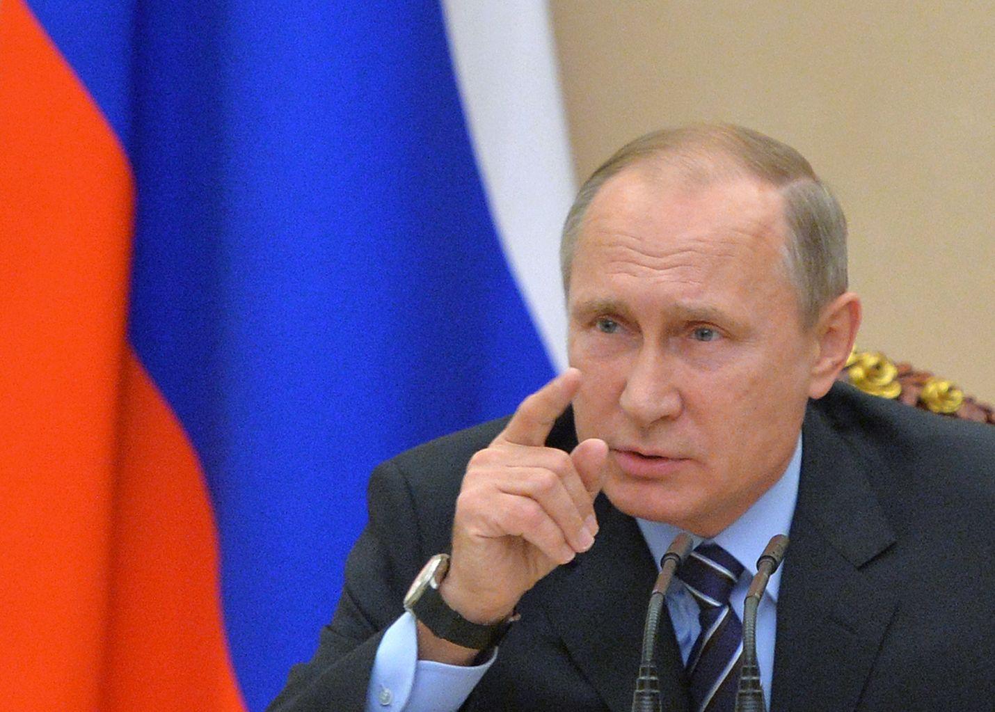Vladimir Putin on kiistänyt Venäjän koskaan pyrkineen vaikuttamaan toisten maiden asioihin saati Yhdysvaltojen vaaleihin. Putin johtamassa kovimman sisäpiirin eli turvallisuusneuvoston kokousta Kremlissä Yhdysvaltain presidentinvaalien aikaan marraskuussa 2016.