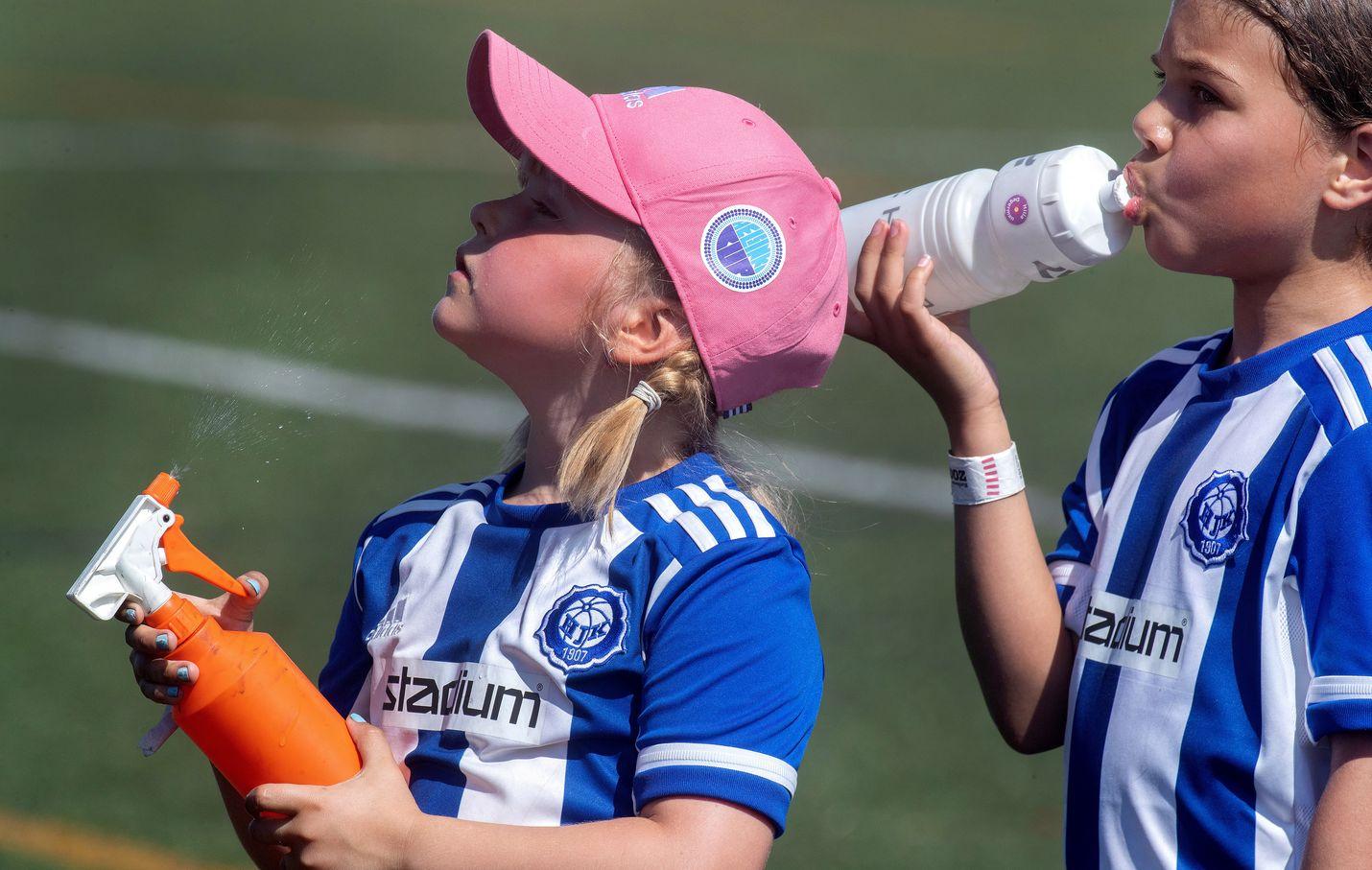 Kuumuus koetteli myös jalkapallon Helsinki Cupissa pelanneita lapsia. Vakavinta vaaraa pitkään jatkuva helle-aalto aiheuttaa kuitenkin ikäihmisille.
