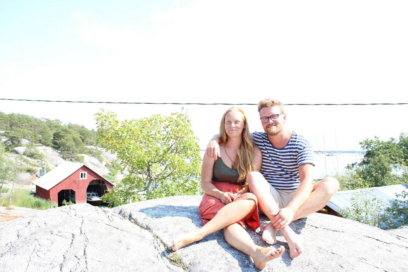 Ida Törnroos ja Simon Strömsund eivät voisi kuvitella asuvansa enää muualla kuin Brännskärin saarella.