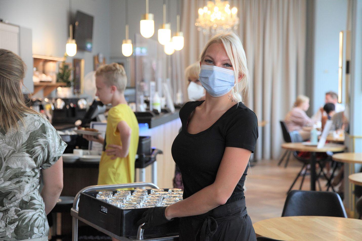Tarjoilija Nea Palonen oli neljä kuukautta lomautettuna työstään helsinkiläisessä Hotel Arthurissa. Palonen on iloinen, kun hotellissa on taas vilskettä. Torstaina aamiaiselle virtasi jatkuvasti ihmisiä, mutta tungosta ei ollut.