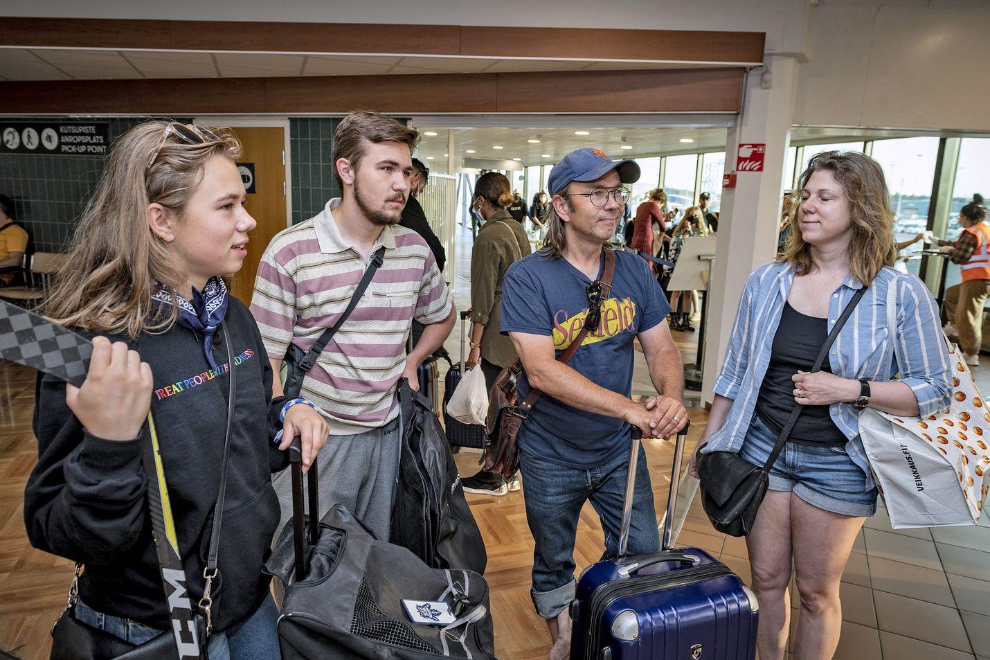 Hilda (vas.), Hannes ja Risto Pakari sekä Jessica Arhammar aikoivat jatkaa matkaansa Turusta eteenpäin kymmenen päivän vierailullaan sukulaisten luona.