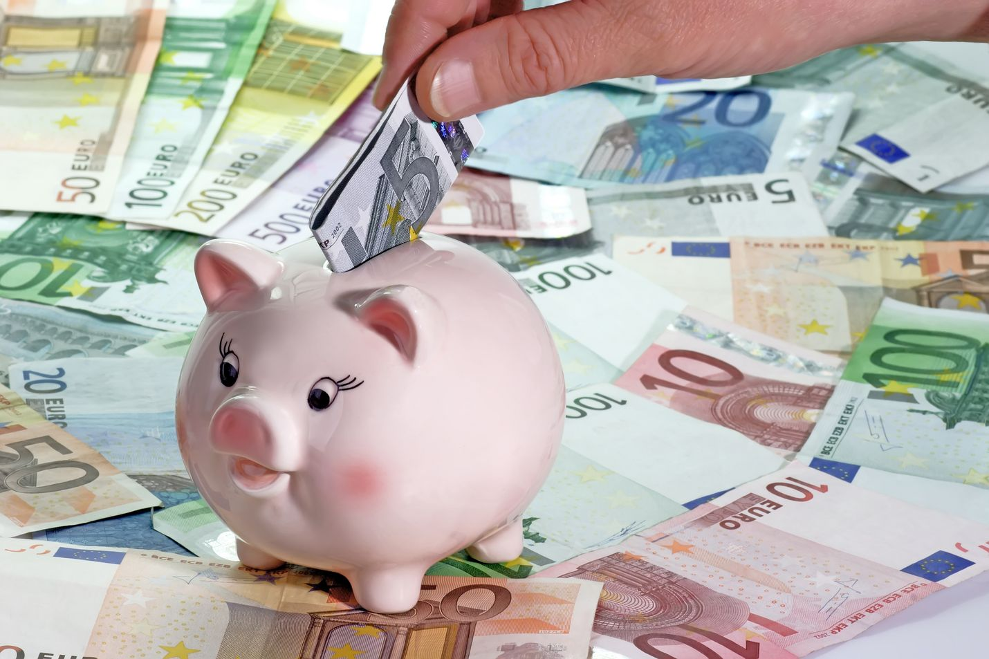 Ensimmäinen askel sijoittamisessa on rahan säästäminen. Säästöpossuun ei kuitenkaan kannata säilöä suuria määriä käteistä, sillä ajan myötä sen arvo pienenee.
