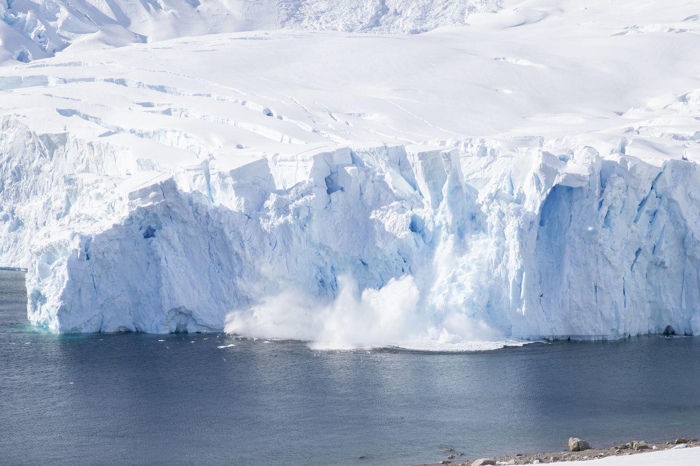 Kirjoittaja on todella huolissaan muun muassa jäävuorten sulamisesta. Kuvassa jäävuoria Antarktiksen niemimaalla Etelämantereella.