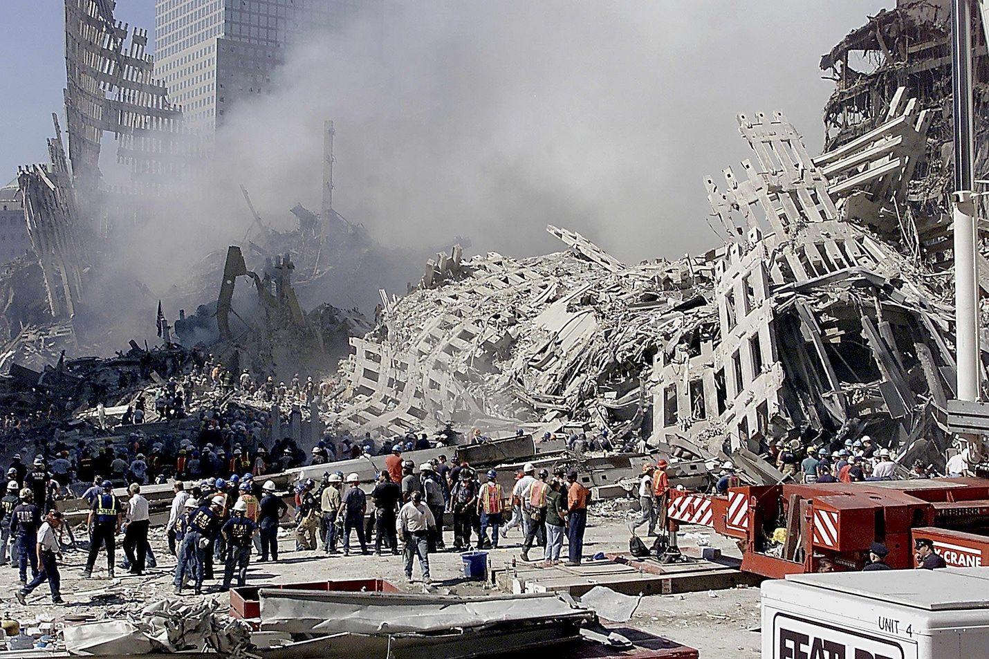Kaksi päivää tuhoisien 9/11-terrori-iskujen jälkeen pelastustyöntekijät etsivät yhä pelastuneita World Trade Centerin raunioista New Yorkissa.