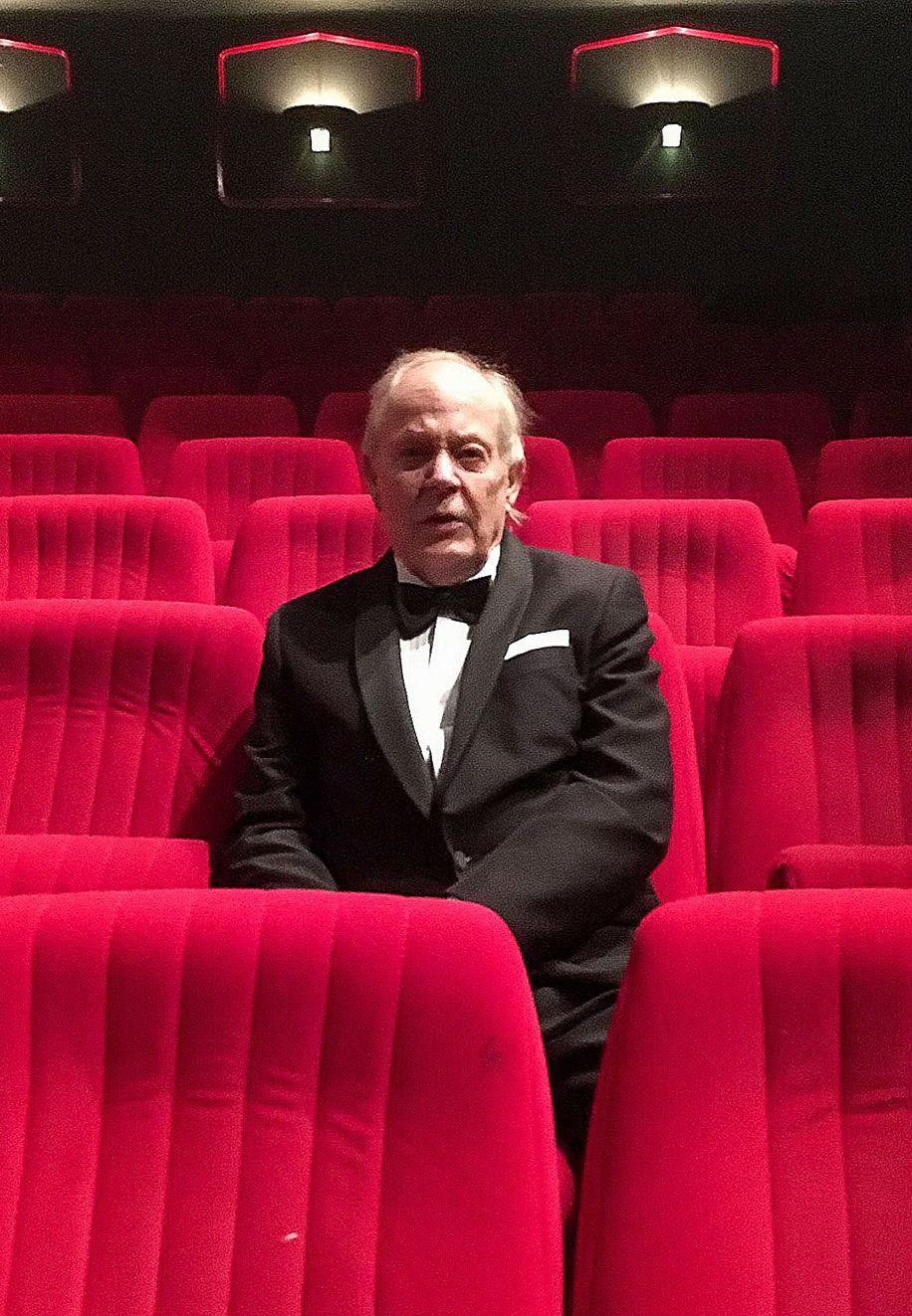 Kun koronapandemia pysäytti Ruotsin ja muun maailman, 82-vuotias ruotsalainen elokuvakriitikko ja kirjailija Stig Björkman eristäytyi pieneen kaksioonsa Tukholman keskustassa ja alkoi tavata etänä tuttujaan. Siitä syntyi dokumenttielokuva.