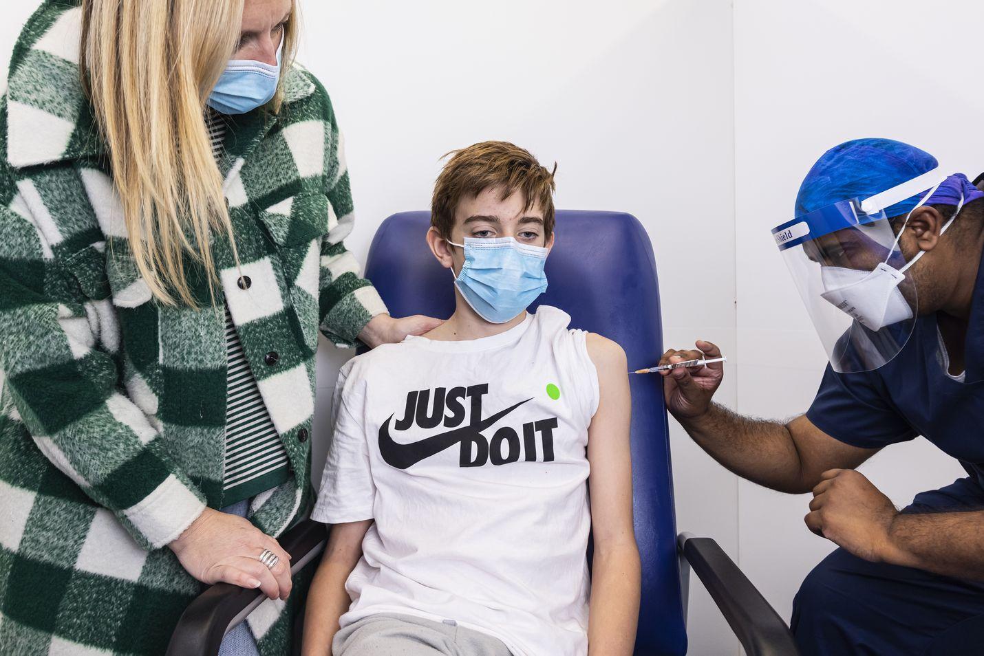 12-vuotiaat saavat jo koronarokotteita ympäri maailmaa. Seuraavaksi on edessä päätös, rokotetaanko yli 5-vuotiaat yhtä laajasti. Kuva on Australiasta.