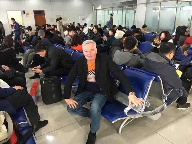 Kirjeenvaihtaja Petri Saraste sanoo, ettei Kiinaan ole toistaiseksi asiaa monestakaan syystä. Kuvassa Saraste on odottelemassa Eurooppaan pääsyä kiinalaisen Jixin pikkukaupungin lentokentällä. Matkaa maakunnan keskukseen Harbiniin on 500 kilometriä. Nykyään uusi luotijunayhteys kiitää välin parissa tunnissa. Aikaisemmin oli köröteltävä bussilla tai junalla. Ainoa lentoyhteys oli pieni potkurikone, jota Saraste luonnehtii sanoilla pelottava vehje, kumit sileinä.