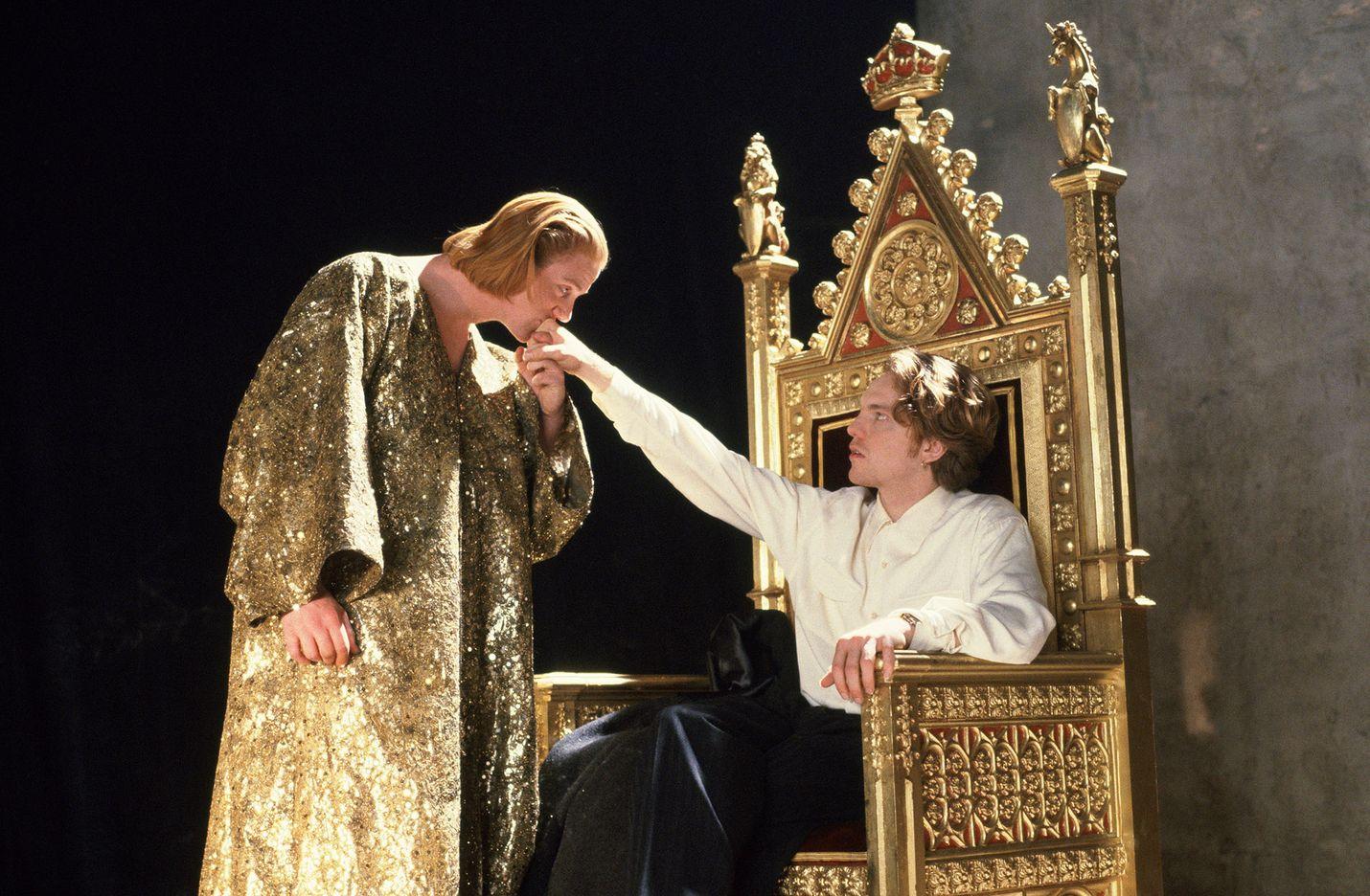 Edward II on Christopher Marlowen näytelmään perustuva romanttinen historiallinen draama, jossa kuninkaan hovi ja keskiaika kohtaavat poliittisen lgbt-aktivismin. Kuvassa Edward II (Steven Waddington) ja Piers Gaveston (Andrew Tiernan).