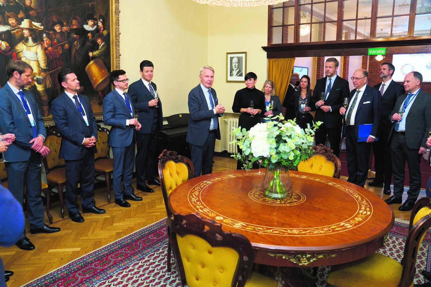 Pekka Haavisto isännöi Pohjoismaiden ja Baltian maiden ulkoministereitä illallisella Vanajanlinnassa keskiviikkona päättyneessä kokouksessa. Tiistaina mukana ollut Unkarin normaalisti tiukkasanainen ulkoministeri Péter Sziijártó ylisti paikkaa ihanaksi.