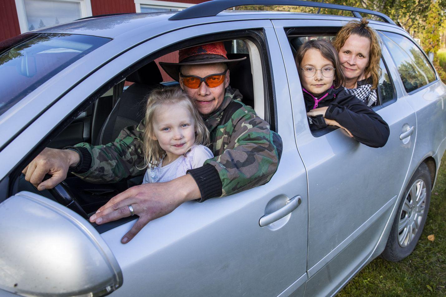 Kilpimaan perhe asui aikaisemmin Espoossa, jossa pärjää ilman autoakin, mutta Savukoskella ei. Mikko-isän sylissä kuopus Minka, takapenkillä Joanna ja äiti Johanna Kilpimaa.