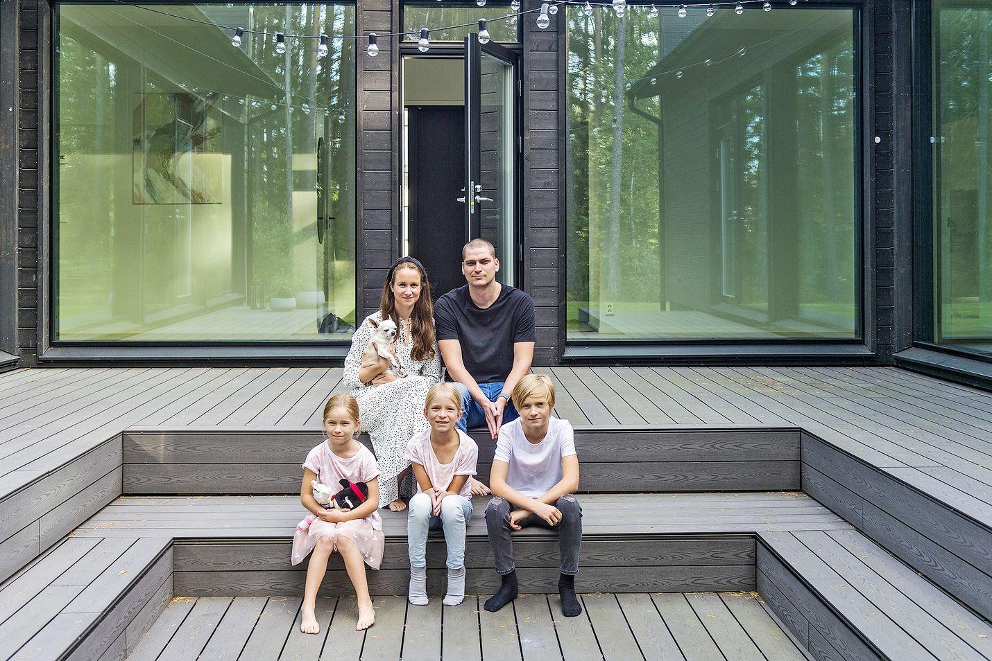 Jenna ja Taneli Lahtovaara, lapset Eemi, Nuka ja Luna sekä perheen Neeko-koira viettivät erityisesti kesällä paljon aikaa suojaisalla takapihalla.