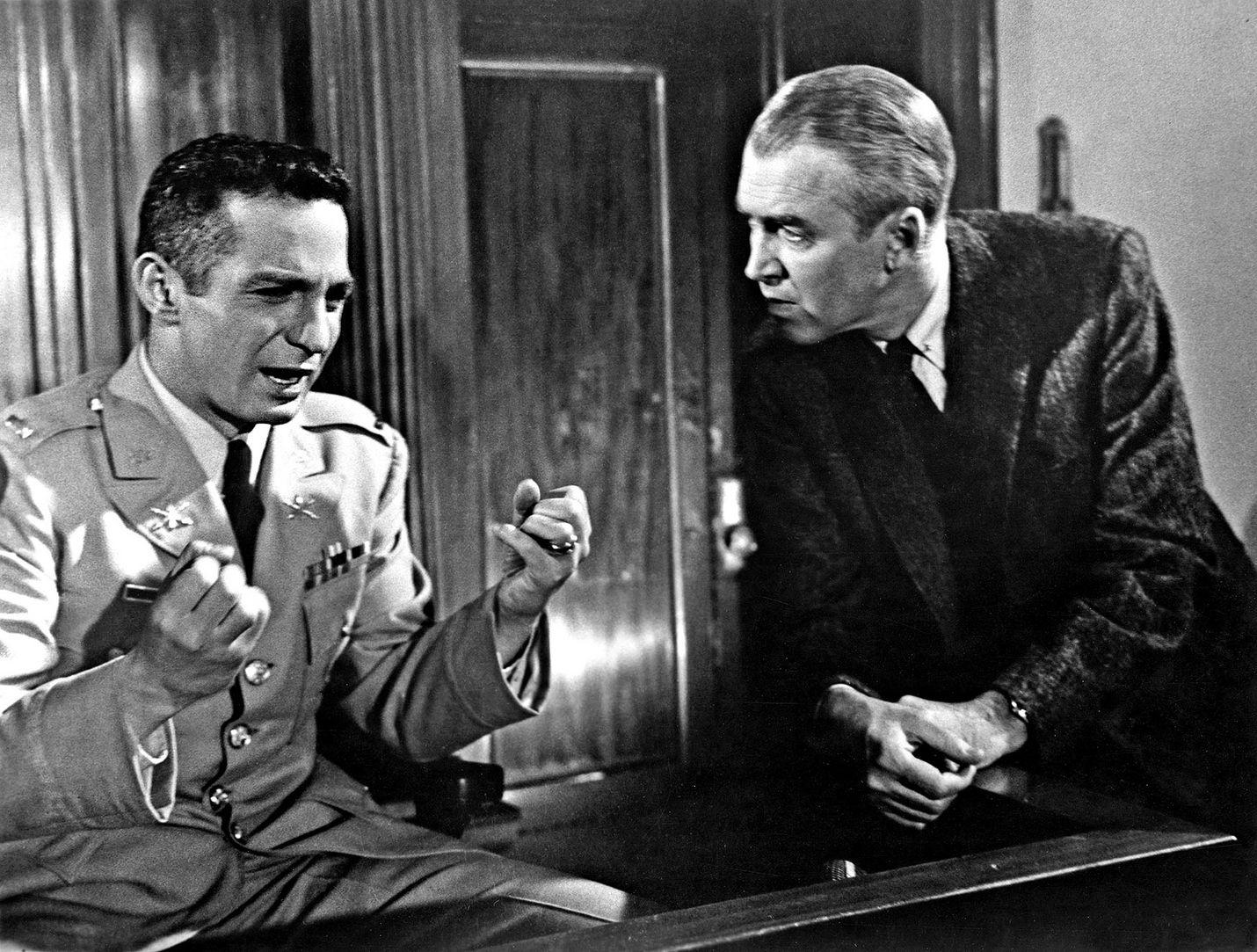 Erään murhan anatomia on tiheätunnelmainen klassikko pikkukaupungin lakimiehestä (James Stewart), joka mutkikkaaksi käyvässä oikeudenkäynnissä puolustaa murhasta syytettyä upseeria (Ben Gazzara).