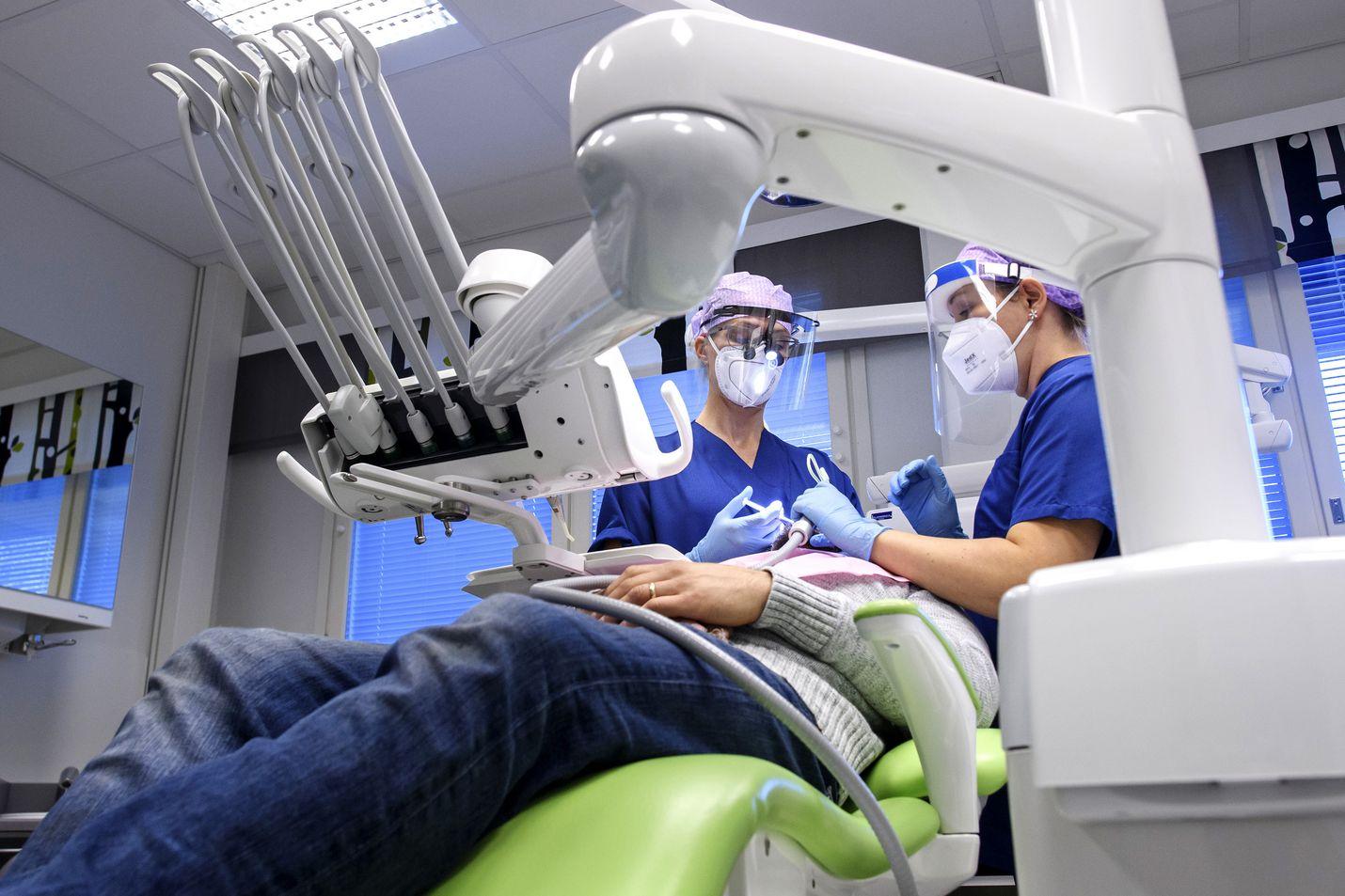 Monilla paikkakunnilla hoitajapula haittaa myös hammashoitoa. Kokkolassakin julkisen hammashoidon henkilökunta on kovilla. Vastaava hammaslääkäri Miia Korkiakoski ja hammashoitaja Tiina Riutta-Mitsou hoitavat potilasta Koivuhaan hammashoitolassa.