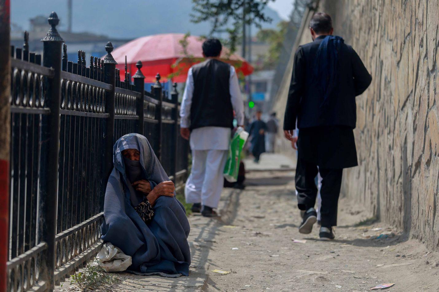 Afgaaninainen kerjäsi almuja pääkaupunki Kabulissa. Talebanin valtaannousu on vaikeuttanut humanitaarisen avun viemistä maahan.