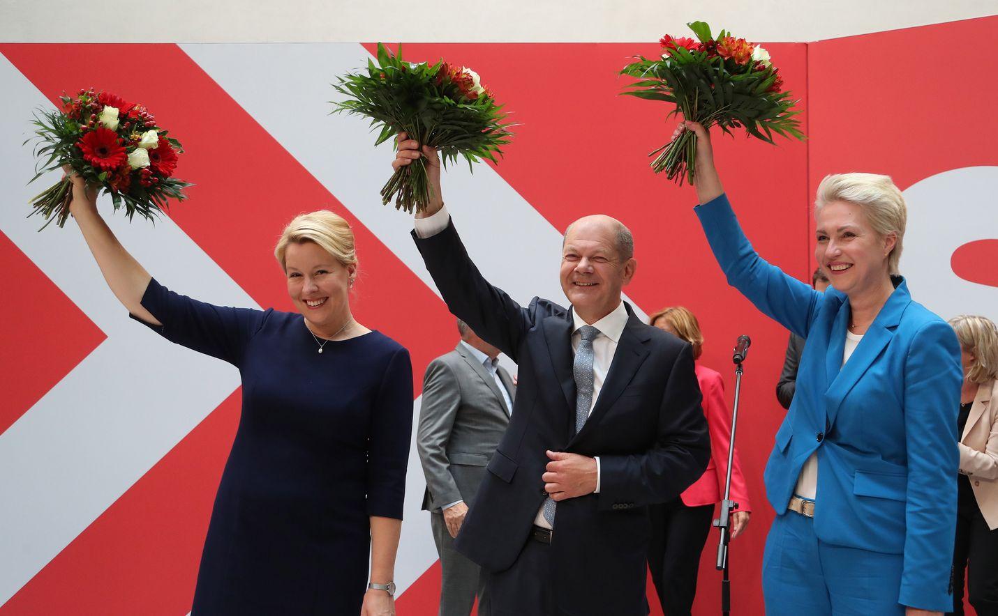 Sosiaalidemokraattien SPD:n Olaf Scholz (keskellä) on vahvin ehdokas kansleriksi, jos hän löytää sopivat hallituskumppanit. Hän juhli puoluetovereiden Franziska Giffeyn (vas.) ja Manuela Schwesigin (oik.) kanssa.