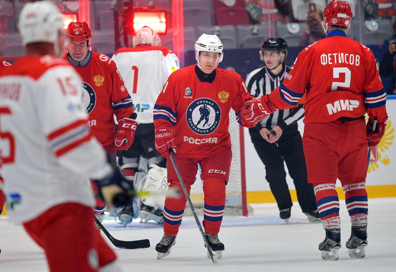 Vladimir Putin oli ylivoimaisesti suurin maalitykki, kun hän pelasi toukokuussa Sotshissa jääkiekkoa joukkuetovereinaan muiden muassa tähtipelaajat Vjatsheslav Fetisov ja Pavel Bure. Myös vaaleissa Putinin joukkue voittaa aina.