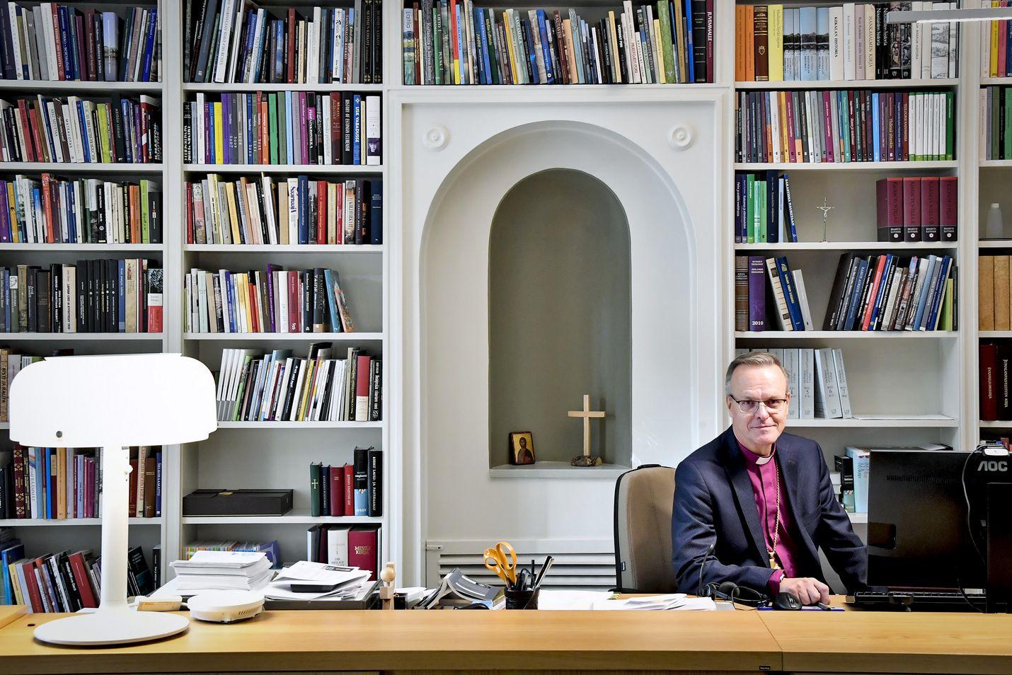 Arkkipiispan työhuone on täynnä omia ja edeltäjiltä jääneitä kirjoja. Nykyinen arkkipiispa Tapio Luoma sanoo ajan olevan nyt kypsä piispojen yhteiselle puheenvuorolle, jolla kerrotaan Raamatun tärkeydestä ja sen tulkinnan tavoista luterilaisessa kirkossa.