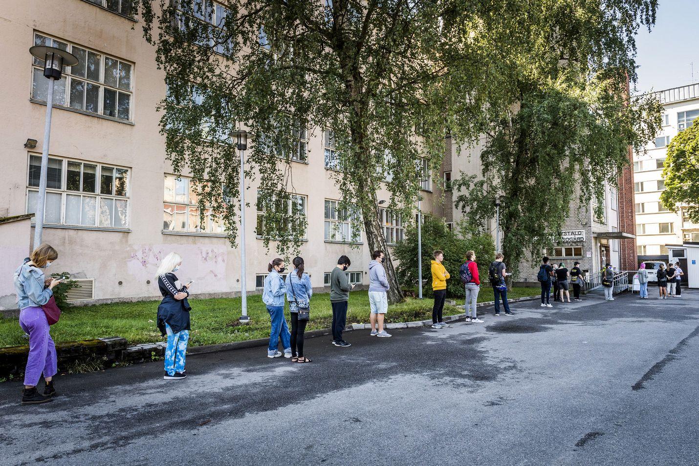 Opiskelijat jonottivat pop up -rokotukseen elokuussa Turussa. Turun yliopistollisessa sairaalassa peräti 60 prosenttia koronapotilaista on ollut syyskuussa maahanmuuttajia.