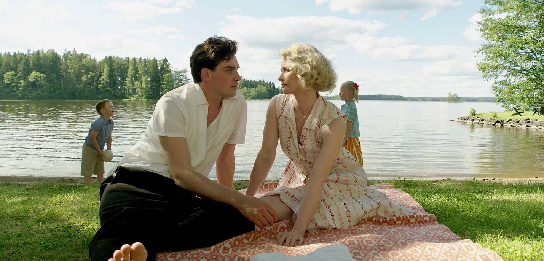 Olavi Virta on elokuva miehestä, jonka unelman sota katkaisi ja joka nousi köyhyydestä Suomen kansan rakastamaksi esiintyjäksi. Virtaa esittää Lauri Tilkanen ja hänen vaimoaan Malla Malmivaara.
