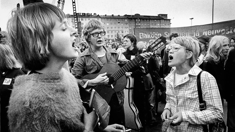 Dokumentti kertoo 1970-luvun laululiikkeestä aikalaisten kokemusten ja arkistokuvien kautta.