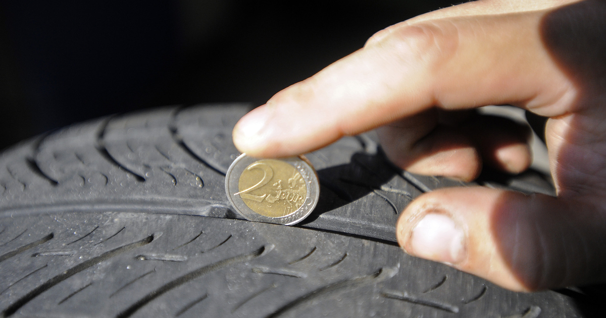 Kahden euron kolikko avuksi renkaiden kunnon tarkastukseen