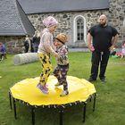 Aurora ja Paavo Huima löysivät tramboliinin. Isä Harri seurailee lasten touhuja vierestä.