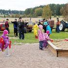 Kodiksamin koulun leikkikentän avajaiset keräsivät kylän väkeä.
