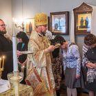 Juhlallisuudet aloitettiin veden pyhityksellä, jonka toimitti piispa Arseni (oik.). Kuvat: Pekka Lehmuskallio