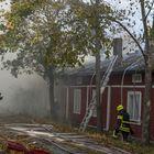 Palokunta suojeli viereistä rakennusta, ettei tuli pääsisi leivämään siihen. Kuvat: Esa Urhonen