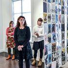 Kirsi Kuusisto (edessä), Heli Väisänen (vas.) ja Merja Ala-Olla ovat taidegraafikoiden juhlanäyttelyn taiteilijoita. Kuva: Pekka Lehmuskallio.