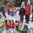 Tuija Nordlund ja Assi Luoto myivät lämpimiä villasukkia Ali-Unkin lammastilan joulumarkkinoilla. Kuva: Pekka Lehmuskallio