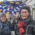 Arja Laine (vas.) ja Ulla Roihiola olivat mielissään jouluisesta tunnelmasta keskustassa, vaikka lunta olisikin saanut aattona olla. Kuva: Esa Urhonen