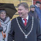 Kari Koski julisti joulurauhan kaupunkiin. Vaimo Merja Koski seurasi tilaisuutta vierestä. Kuva: Esa Urhonen