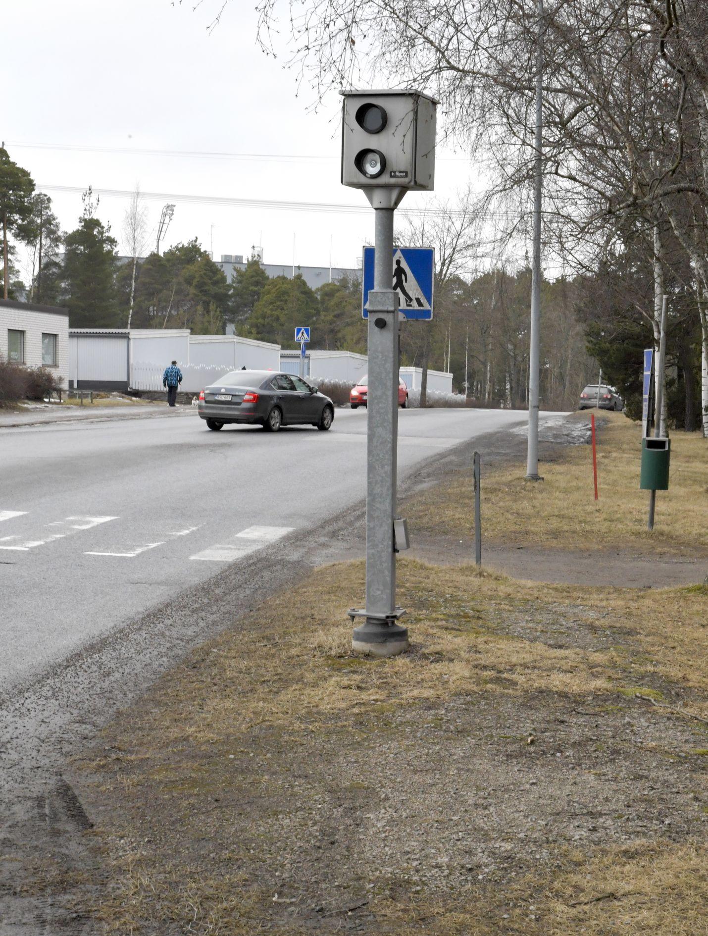Poliisin liikenneturvallisuuden valvonta näyttää olevan nykyisin pelkästään autoilijoiden nopeuden valvontaa ja mittaamista, jota tekevät pääosin peltipoliisit, tuumaa mielipidekirjoittaja.