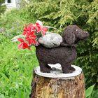 Puutarha numero kaksi: Syväraumassa sijaitsevan kodin pihasta löytyy liuta koristeita.