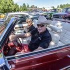 Jouko ja Helena Mäkilä kertovat käyvänsä autotapahtumissa muutaman kerran vuodessa, kuvassavuoden -76 Cadillac Eldorado. Kuva: Pekka Lehmuskallio
