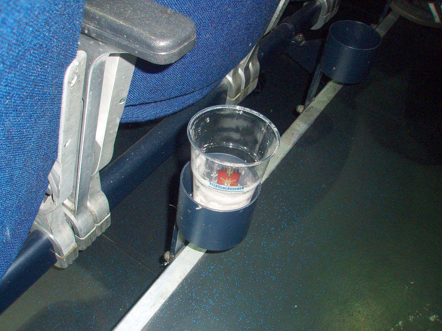 Keski-Euroopan jäähalleissa on oluttuopille telineet joka penkin vieressä.