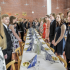 Alkusalaatti ja koulun oppilaiden itse leipomat sämpylät odottivat nimikoiduilla paikoilla lounastajia. Etualalla Mandi Ussa ja Mikael Pääkkö.
