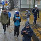 RAUMA – Lastenliiton järjestämän Pokemon-kouluttajaleirin osallistujat jalkautuvat keskiviikkona alkaneen leirinsä aikana moneen paikkaan. Torstaina uhmattiin syyssäätä keskuspuiston laidalla.