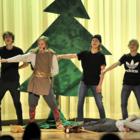Norssin Kalevala-näytelmässä yhdistyivät mennyt ja nykypäivä. Pojat tanssivat lavalla muun muassa Cheekin tahdissa.