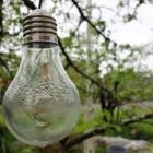 Puutarha numero kolme: Pihasta löytyy pieniä yksityiskohtia, kuten lamppu.