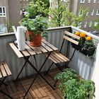 Jälkeen-kuvassa lattiaa peittävät komposiittilaatat. Siro kahden tuolin pöytäryhmä ja kukkaruukut mahtuvat parvekkeelle juuri ja juuri.