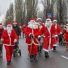Joulupukkijuoksuun osallistui taas runsain mitoin punanuttuisia. Kuva: Esa Urhonen