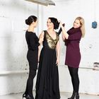 Vasemmalla kuvassa puvun suunnittelussa mukana ollut Maria Vaissi, oikealla Anna-Sofia Lindroos. Kuva: Ari Kärki/Ari Kärki Visuals