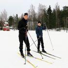 Mikko ja Vilho Okkonen olivat tuleet testaamaan pojan uusia suksia. Isän sukset ovat viettäneet jo parit täyskymppisynttärit, mutta yhä kelpaa sivakoida.