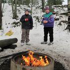 Signe Niemonen käy ahkerasti hiihtämässä 12-vuotiaan lapsenlapsena Roopen kanssa. Sunnuntaina hiihtolenkin jälkeen maistui nuotiomakkara ja kuuma mehu.