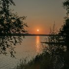 Oranssiaurinko Narvijärvellä. Kuva: Paavo Valtanen