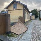 Pappilankadulla Vanhassa Raumassa oli kaatunut aita.